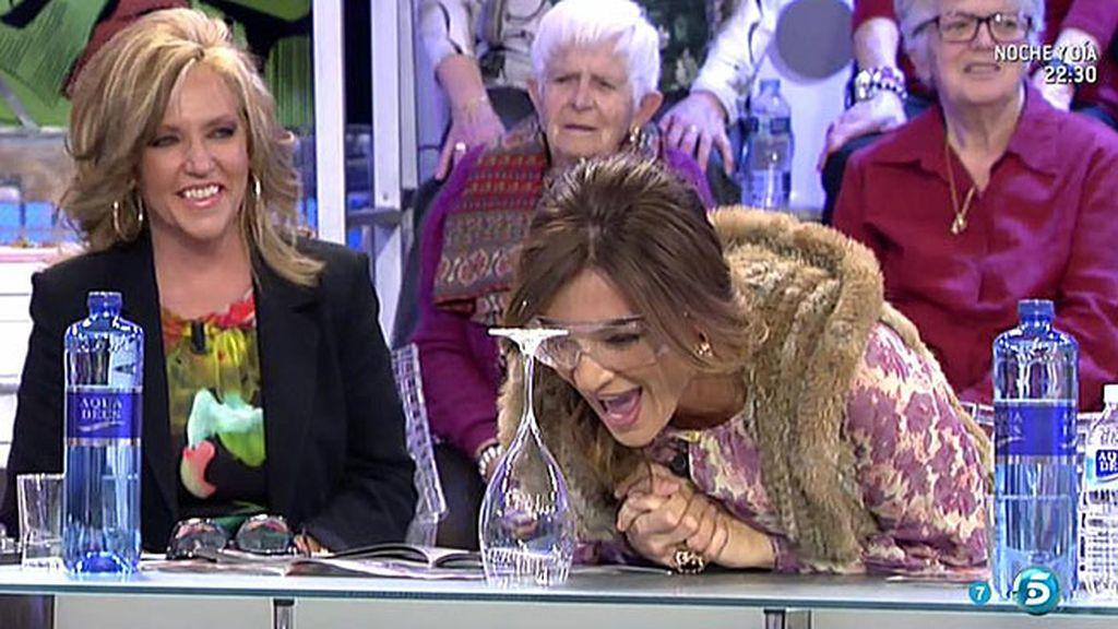 Paz Padilla logra romper una copa al cantar... ¡pero haciendo trampas!