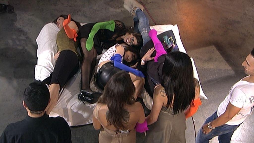 Los colaboradores del programa se tumban en la cama para jugar el 'Tetris'
