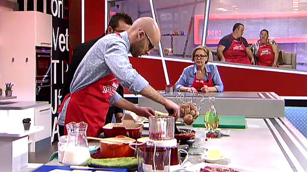 Adrián logra cocinar la lasaña de su madre