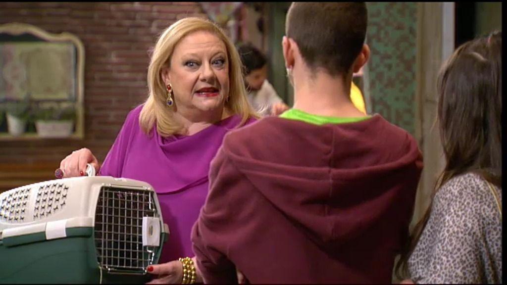 Arturo Fernández regala un conejo a Eugenia