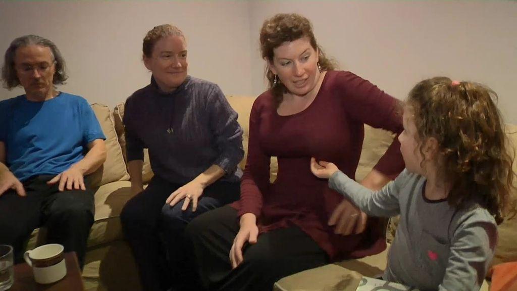 Juliette, Roland, Laurel y Barry son una familia poliamorosa que comparten una hija