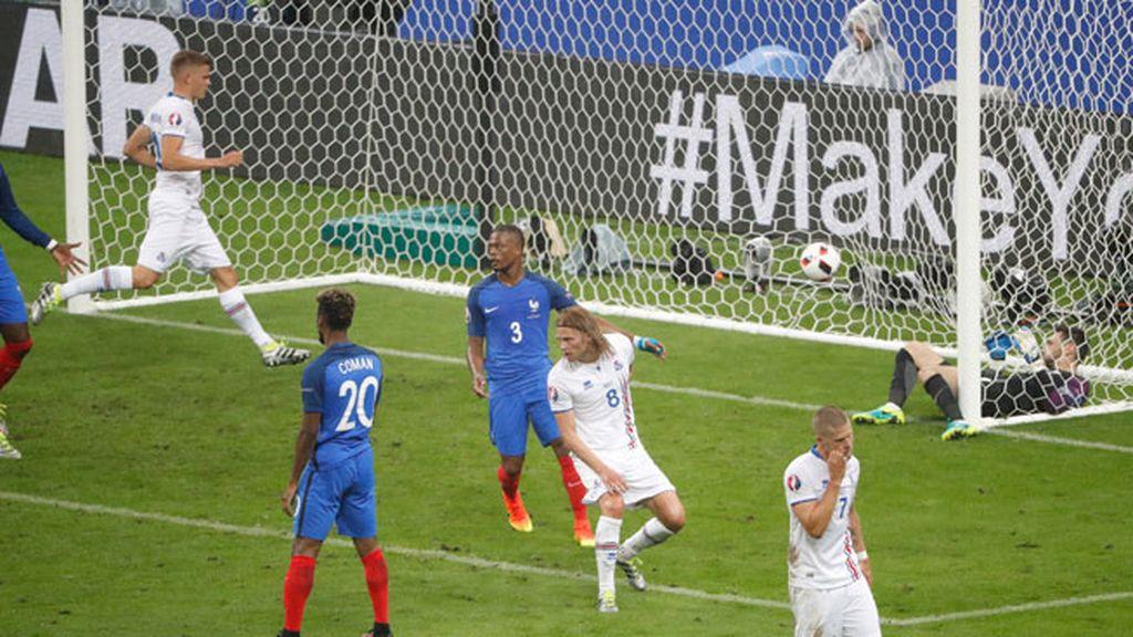 ¡Gol de Islandia! Bjarnason marca el segundo para hacer disfrutar a su afición (5-2)