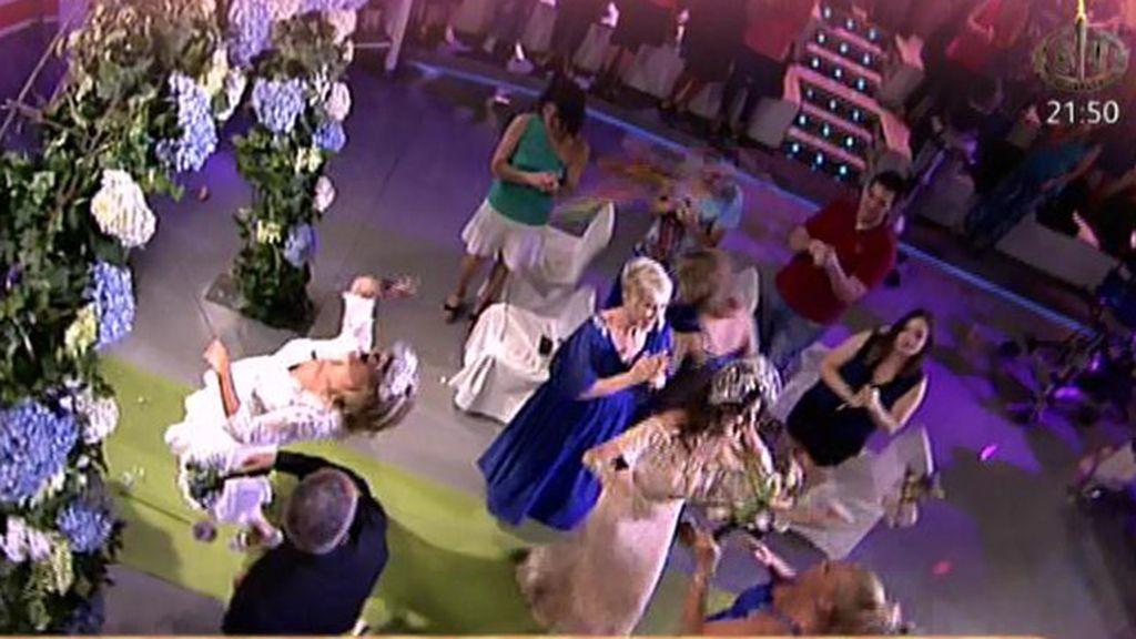 Belén Esteban y Karmele Marchante se pelean por el ramo de Lydia
