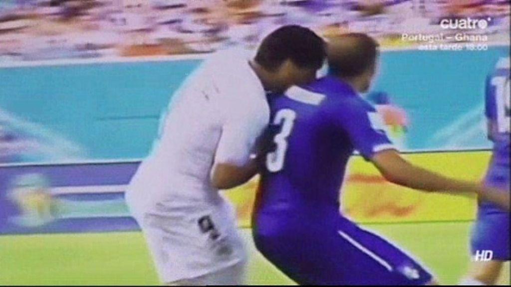 Una nueva imagen de Globo TV demuestra que Luis Suárez sí mordió a Chiellini