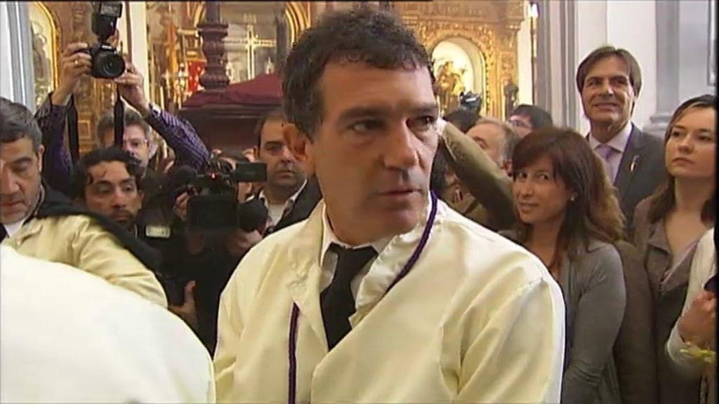El hermano de Antonio Banderas sorprende a Juanma en Málaga