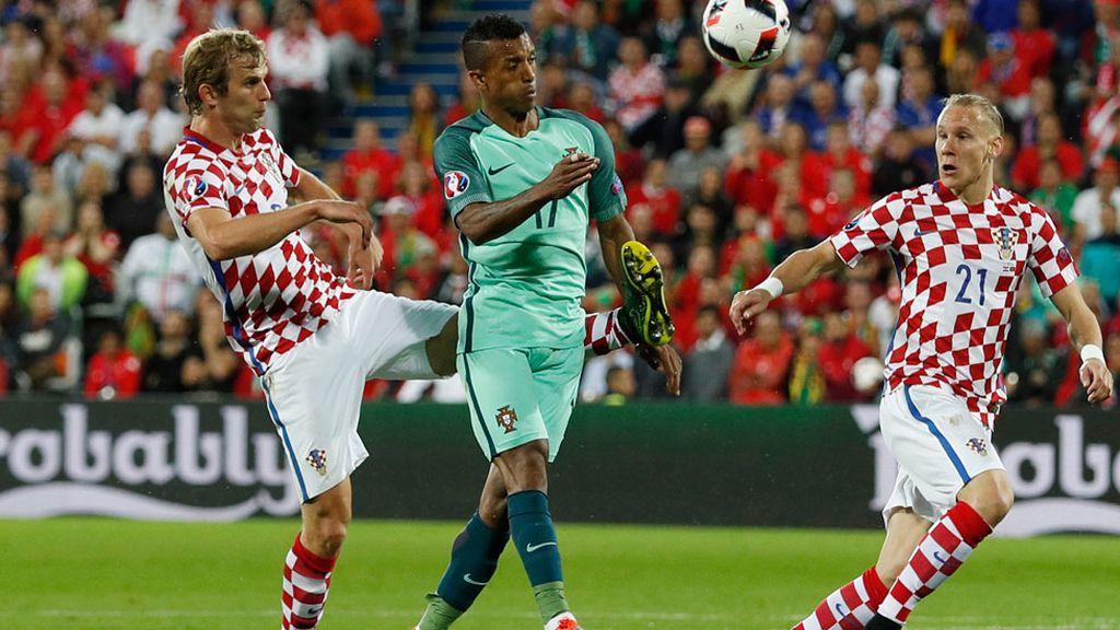 Penalti de Strinic a Nani que no pita el árbitro: el luso se llevó una patada en el costado