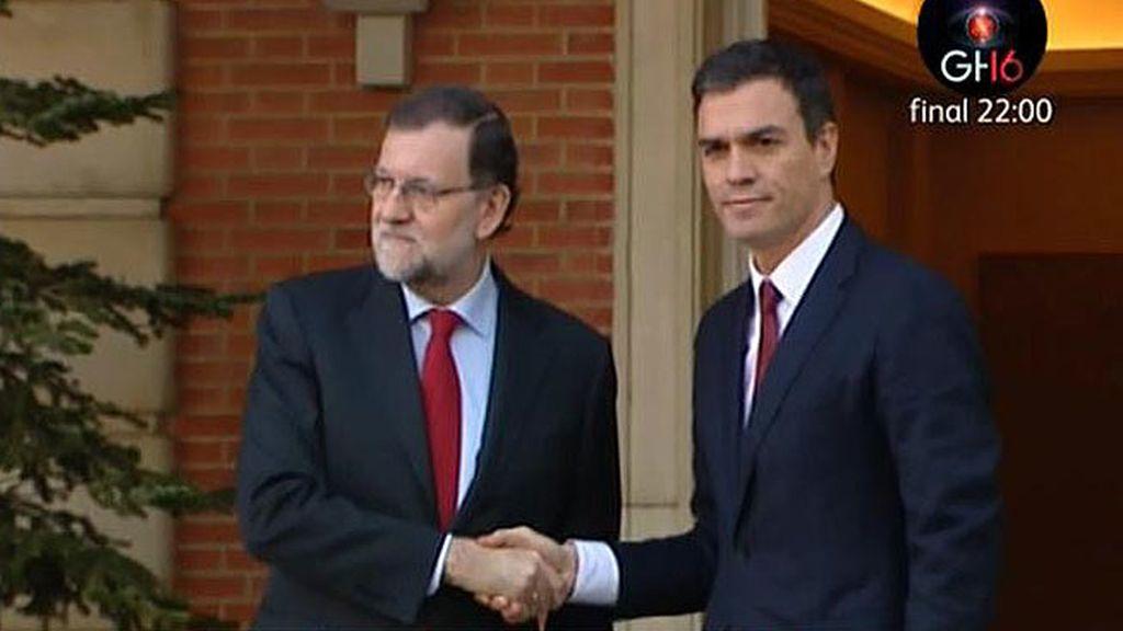 Rajoy y Sánchez, muy serios en su saludo