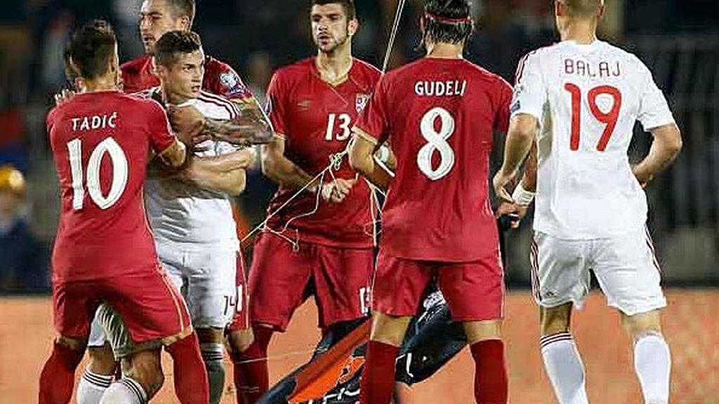 Un jugador serbio coge una bandera de Albania de un 'dron' y se lía una batalla campal