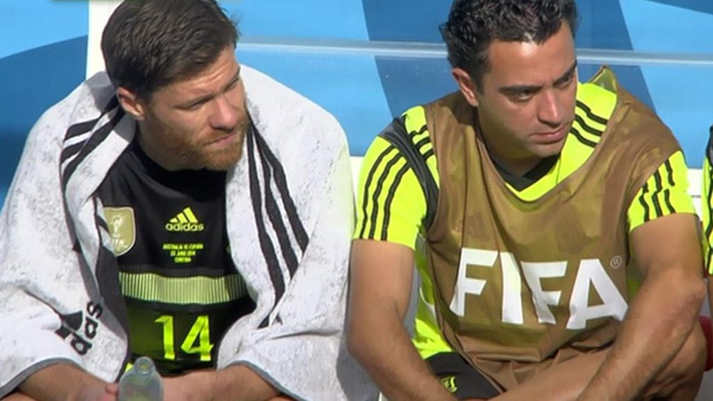 ¿Se cambió de sitio Alonso tras ser sustituido para no sentarse junto a Xavi?