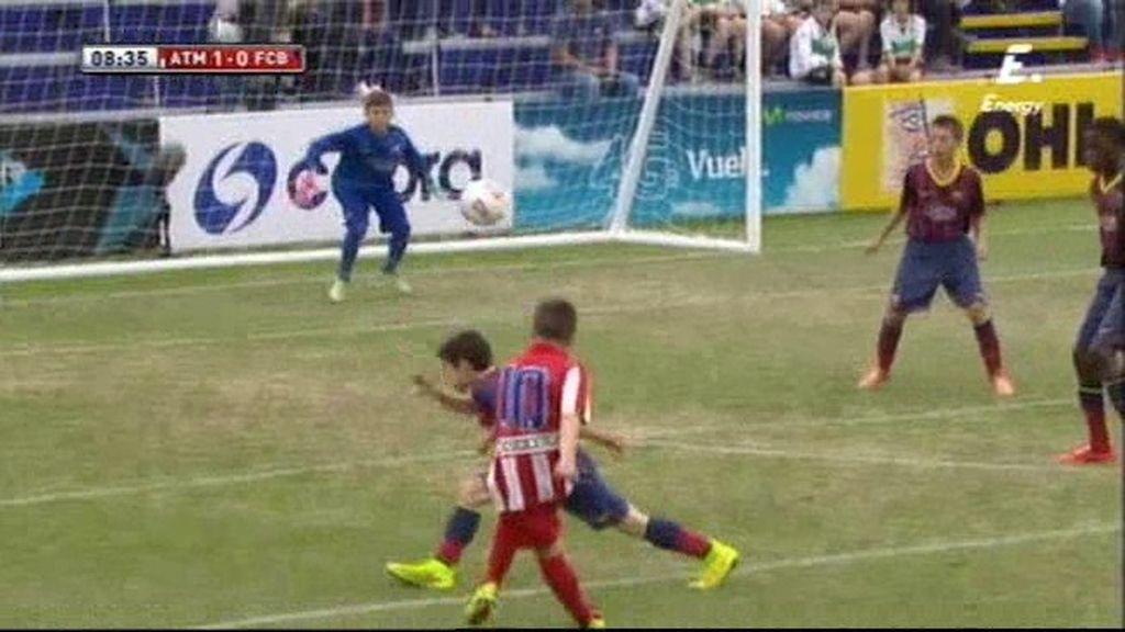 Mario pone el balón en la escuadra y hace el primero del Atlético ante el Barcelona
