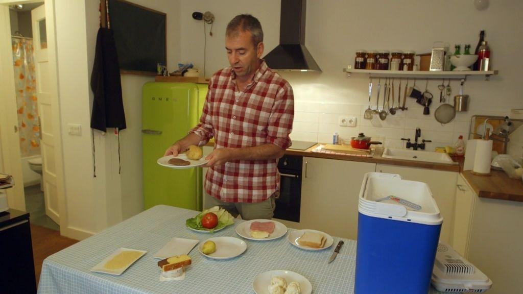Nacho Medina elabora en su casa un menú con los alimentos de la basura