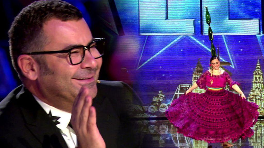 Jorge Javier disfruta el baile folclórico de Belén Torres… ¡con botellas en la cabeza!