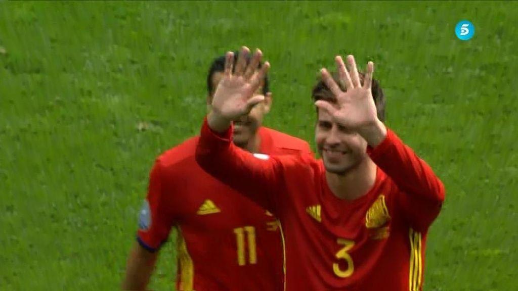 """España sufre pero gana y Piqué hace piña: """"Ahí está mi hijo con la camiseta de España"""""""