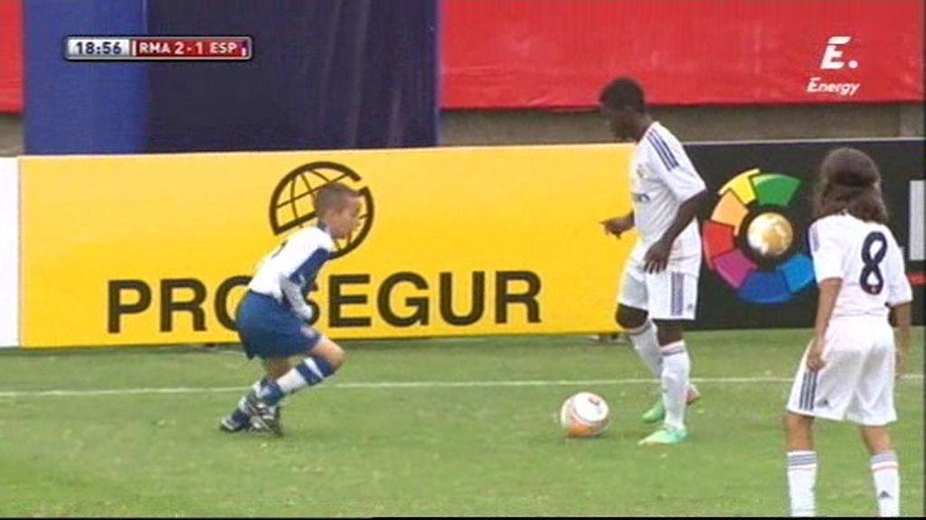 ¡El regate del torneo! ¡Paulo imita la elástica de Ronaldinho y deja sentado al defensa!