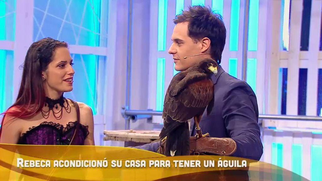 El águila Ruperta, la mascota de Rebeca