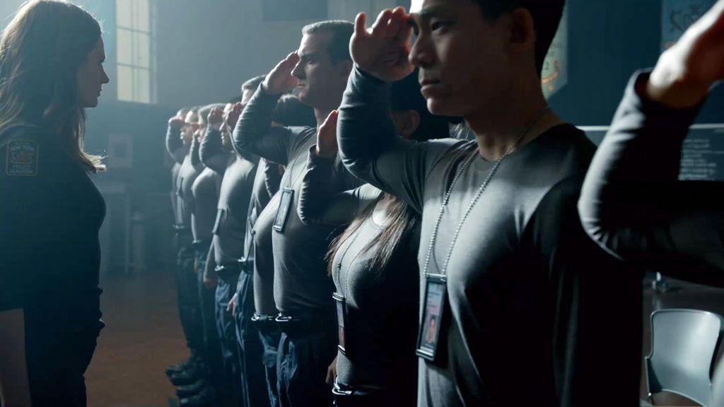 Beckett tiene que identificar a un asesino entre 14 reclutas de policía sospechosos