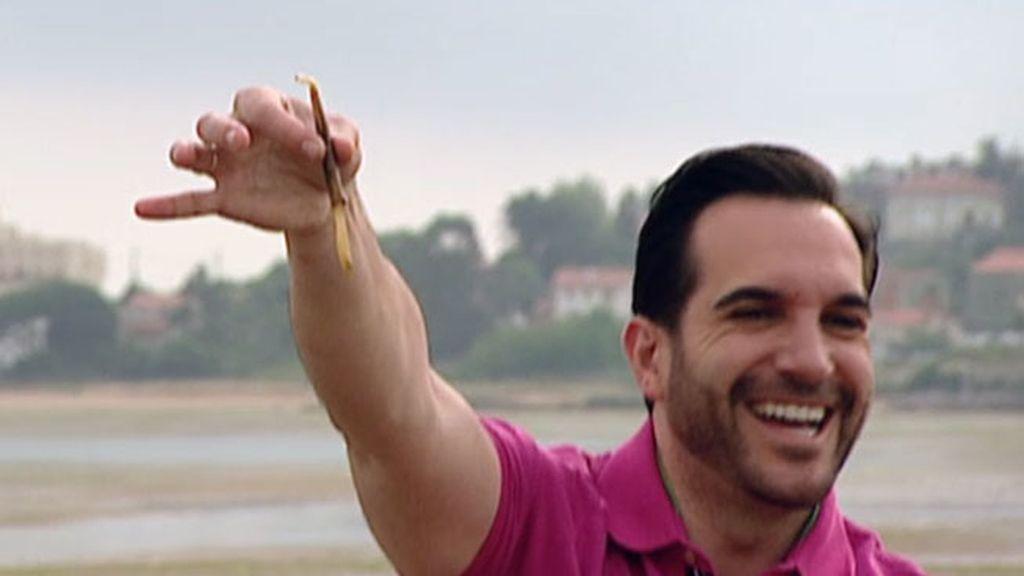 Mario Sandoval aprende a coger navajas en la costa cántabra