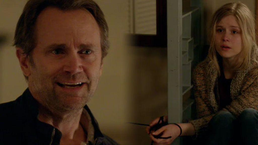 Mike secuestra a Natalie para poder conseguir dinero