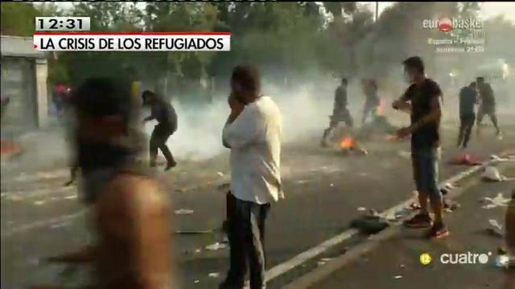 Reprimen la entrada de refugiados con gases lacrimógenos