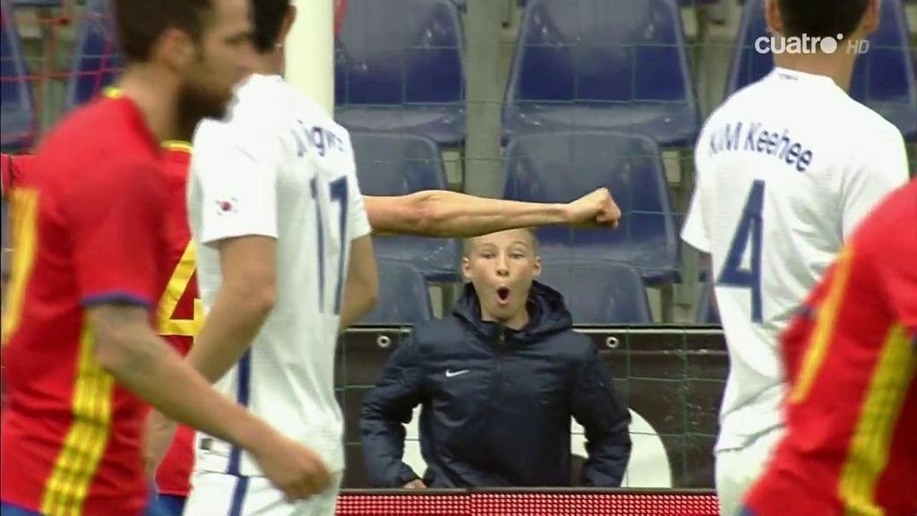 Silva le regala a un niño austríaco el gol de su vida: su 'alucine' tras la portería se hace viral
