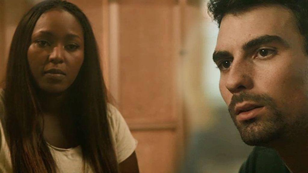 Ángela intenta convencer a Moisés para que vayan a buscar a Rosa