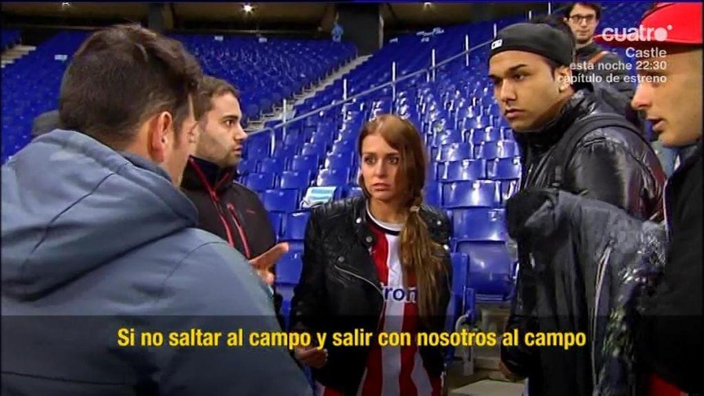 El portero del Athletic ayuda a su novia, asustada en la grada, a ...