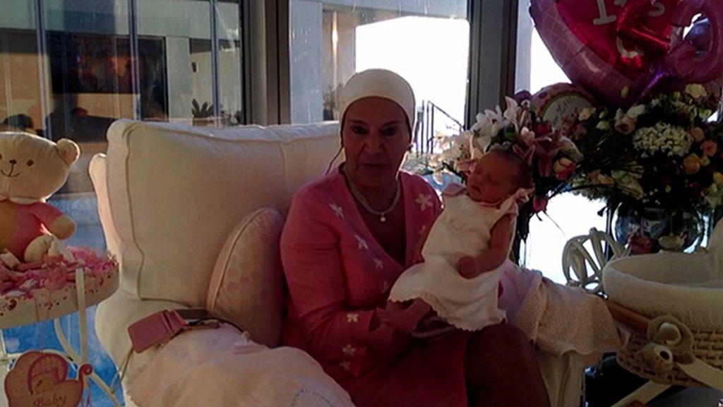Madre nos enseña a su nieta Aída