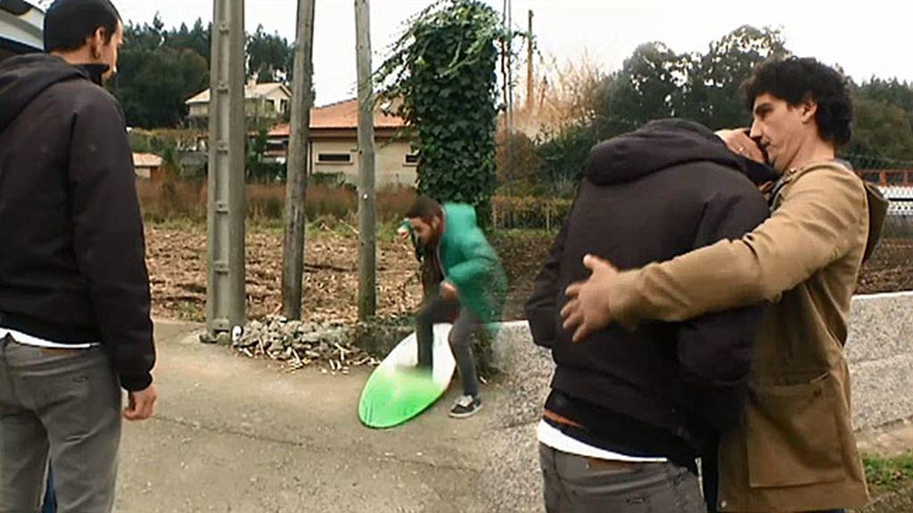 Alberto entiende lo que siente Conchi cuando un chico rompe su tabla de surf