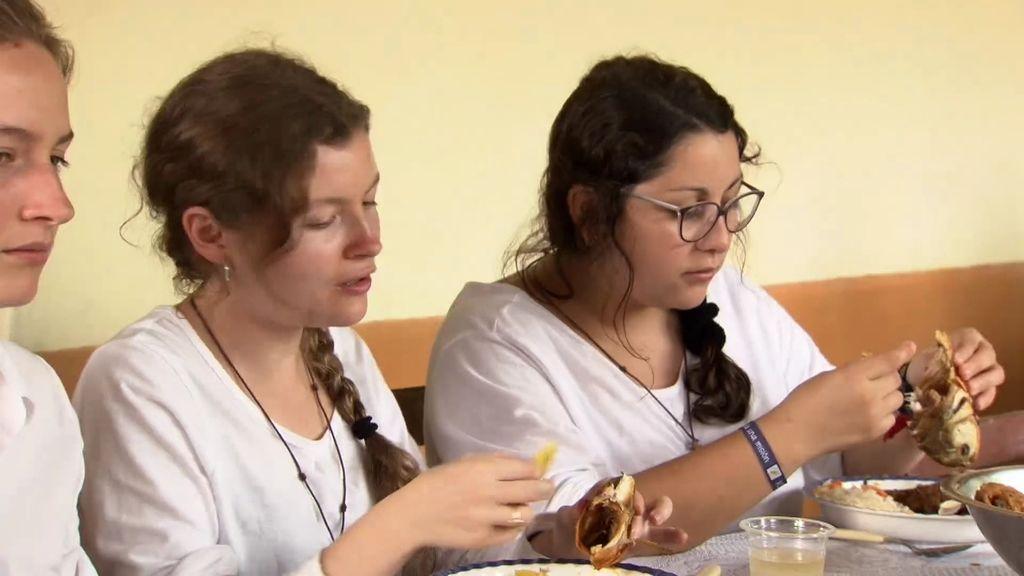 ¡Las chicas prueban la piraña en Bolivia!