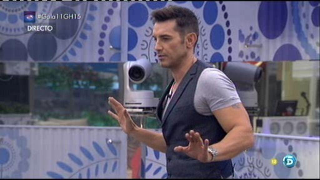 Jesús Vázquez entra en la casa de Guadalix y esconde el micrófono de 'La Voz'