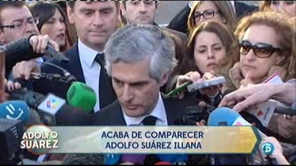 El hijo de Adolfo Suárez se derrumba ante la prensa tras la muerte del expresidente