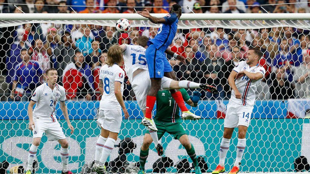 ¡Gol de Pogba! Cabezazo del francés para estrenarse en la Eurocopa (2-0)