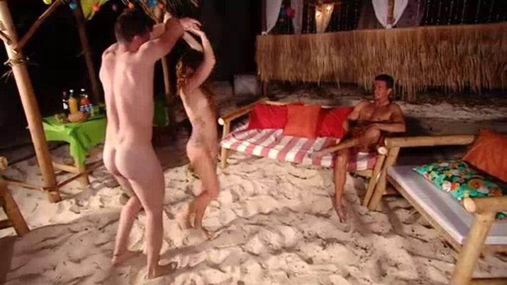 Bernardo intenta reconquistar a Estela con el baile en la fiesta nocturna  sin mucho éxito