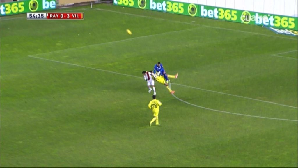 ¡Asenjo y Dorado chocan con la cabeza y el defensa del Villarreal se queda KO!