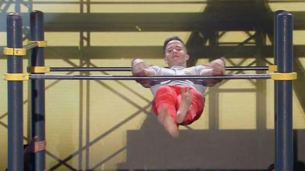 Sergio Ordóñez consigue mantener la sonrisa en sus acrobacias sobre barras