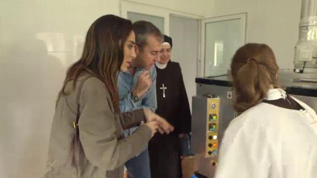 Tamara Falcó asiste a la elaboración de la hostia consagrada en un convento