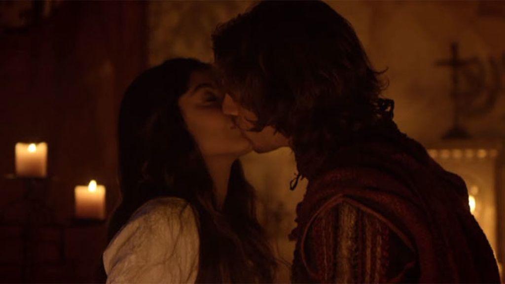 Romeo y Julieta se besan apasionadamente