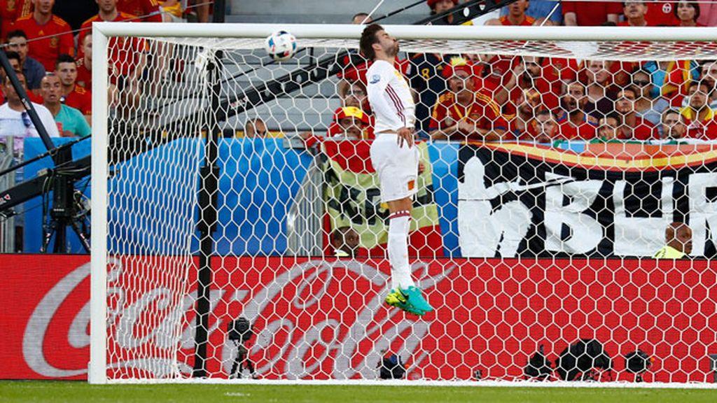 ¡Al larguero Rakitic! Despiste entre Piqué y De Gea que da el susto a España