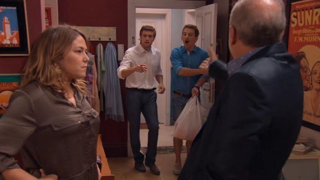 Toño descubre a su padre tonteando con Lucía