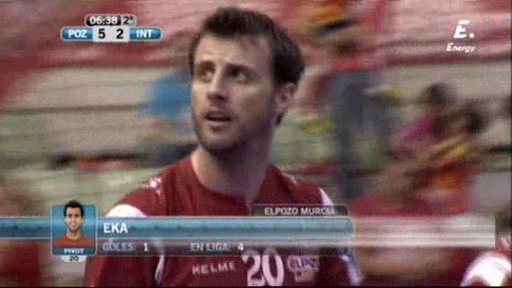 Eka le gana al portero de Inter Movistar, que salió en falso (5-2)