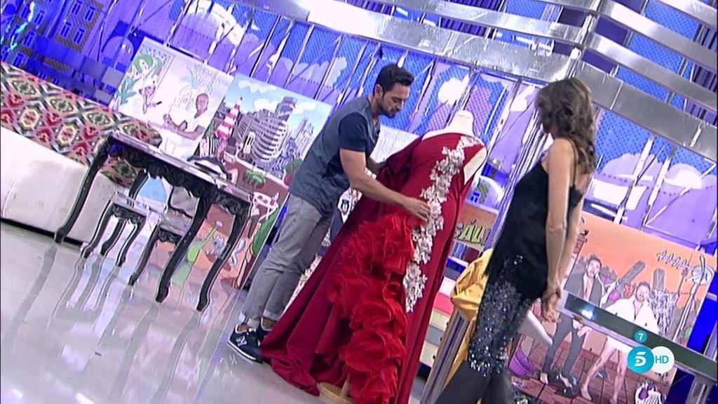 Carlos Haro muestra el diseño de su boceto sobre le vestido que pudo lucir la Pantoja