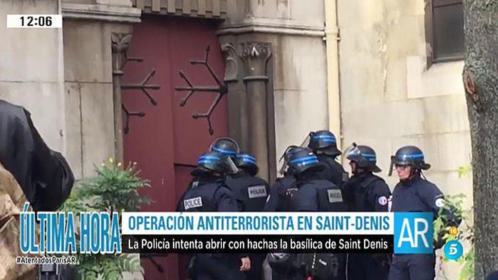 La policía francesa intenta derribar la puerta de la Basílica de Saint - Denis