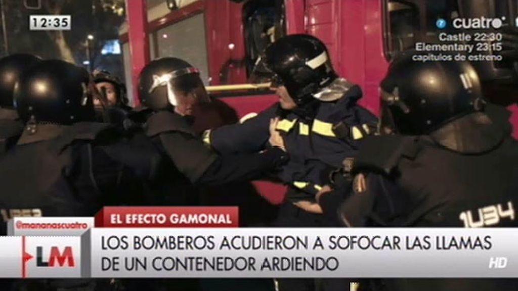 La policía detiene a un bombero durante la protesta Gamonal en Madrid
