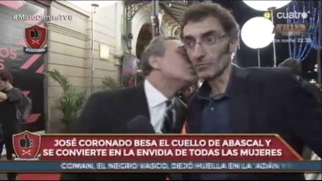José Coronado le da un tierno beso a Javier Abascal y al reportero….le gusta
