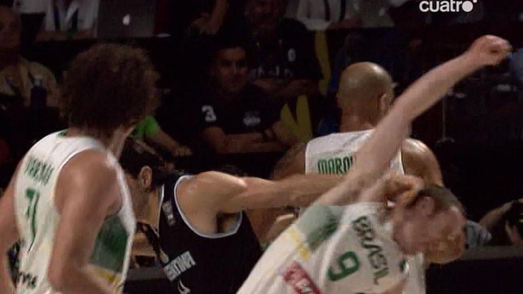 Guerra bajo el aro entre Scola y Marquinhos