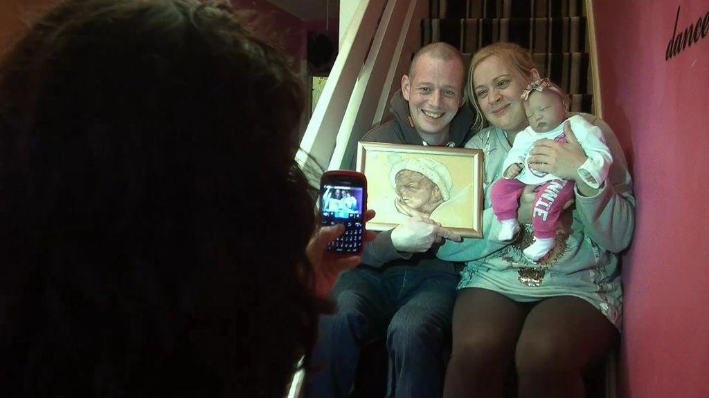 Sabrina y su pareja se hacen una foto de familia con su hijo fallecido y el bebé reborn