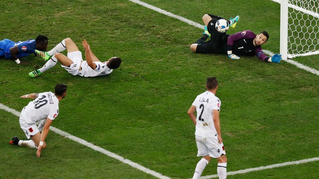 ¡Al palo Albania! Memushaj remató al poste y lo volvió a intentar desde el suelo
