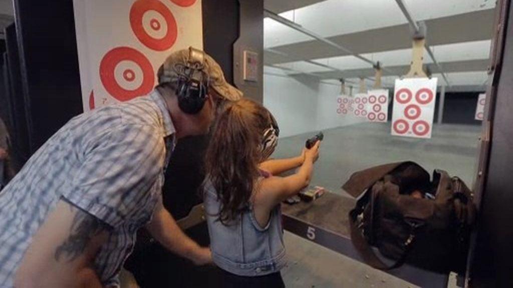 Fin de semana en familia: Visita a una galería de tiro para aprender a usar armas