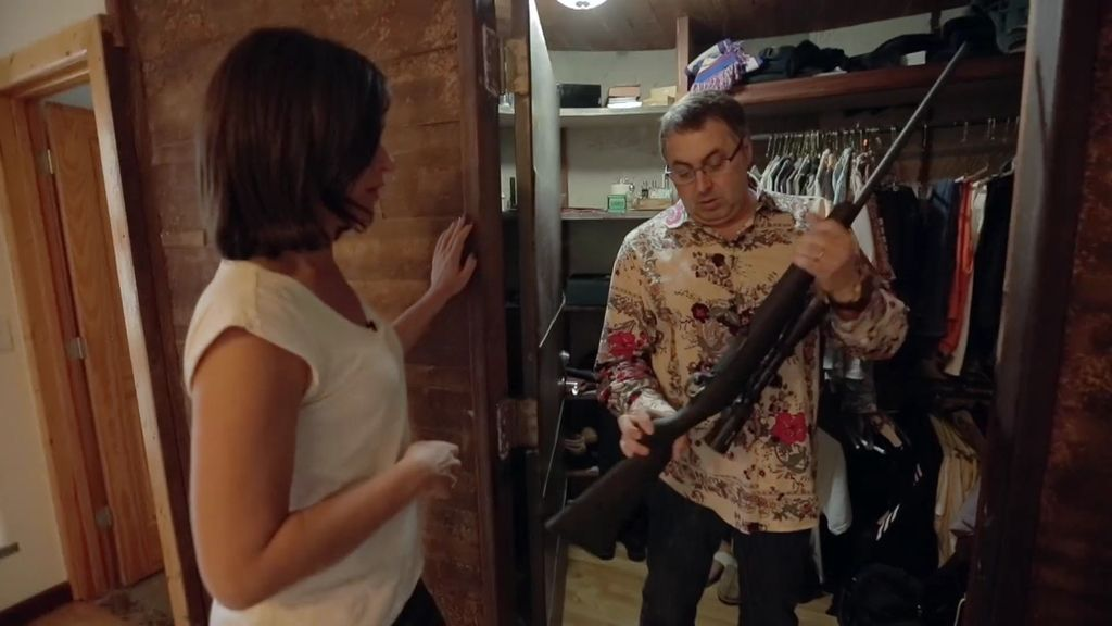 Decenas de armas, un instructor de tiro… ¡y hasta una habitación del pánico!
