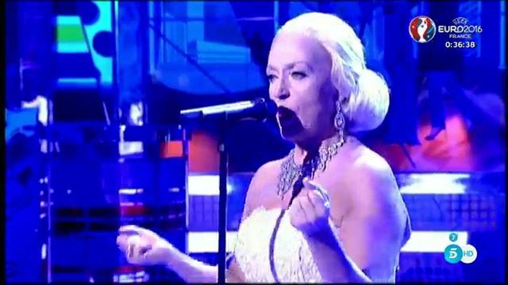 Lydia Lozano se transforma en Evita para sorprendernos con un playback memorable de Madonna